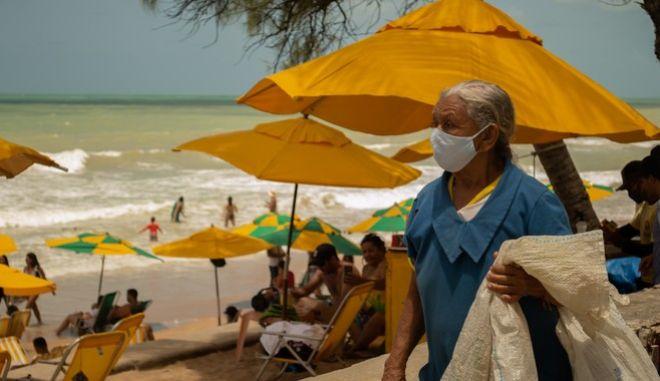 Γυναικα με μάσκα στη Βραζιλία
