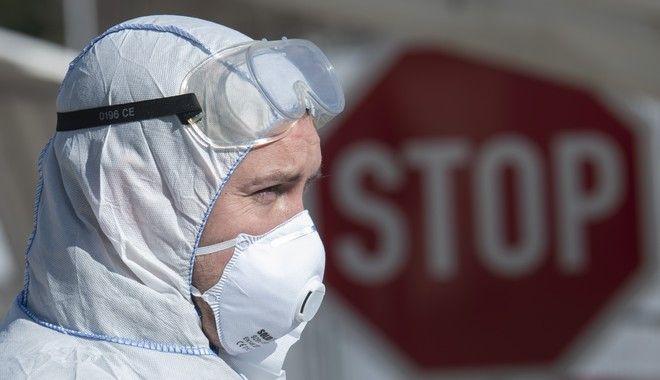 Γιατρός με στολή προστασίας (AP Photo/Jens Meyer)