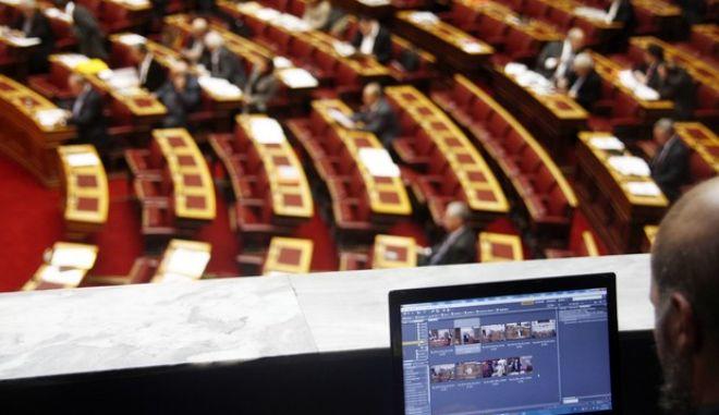 Φωτορεπόρτερ σε ώρα δουλειάς, στην συζήτηση για τον ενιαίο φόρο ακινήτων στην ολομέλεια της Βουλής το Σάββατο 21 Δεκεμβρίου 2013. (EUROKINISSI/ΓΙΩΡΓΟΣ ΚΟΝΤΑΡΙΝΗΣ)