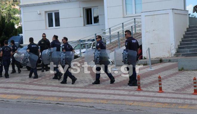 Ισχυρές δυνάμεις της ΕΛΑΣ στην Άμφισσα κατά την απολογία του 34χρονου