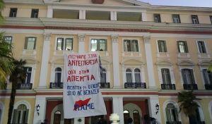 Κατάληψη από μέλη του ΠΑΜΕ στο υπουργείο Μακεδονίας Θράκης