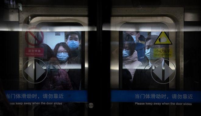 Επιβάτες με μάσκες σε συρμό του μετρό στο Πεκίνο