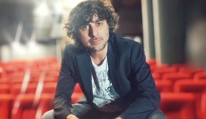 Το 2020 ο ηθοποιός και σκηνοθέτης Τάσος Ιορδανίδης ανέλαβε την καλλιτεχνική διεύθυνση του θεάτρου Άλφα και πρότεινε στον Κώστα Γάκη μια συνεργασία τόσο στο καλλιτεχνικό, όσο και στο εκπαιδευτικό κομμάτι.