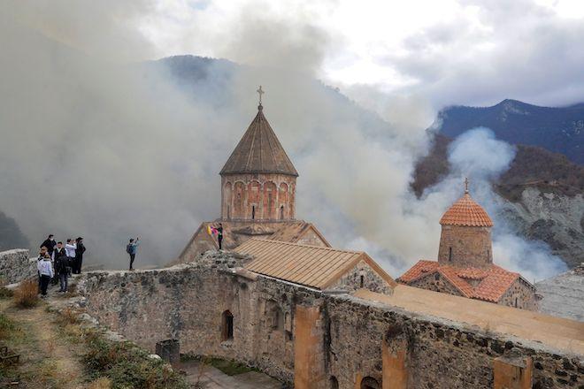 Οι Αρμένιοι, ένας από αυτούς με εθνική σημαία της Αρμενίας, επισκέπτονται τη Μονή Ορθόδοξου Dadivank του 12ου-13ου αιώνα στα περίχωρα του Kalbajar, της αυτονομιστικής περιοχής του Ναγκόρνο-Καραμπάχ, την Παρασκευή 13 Νοεμβρίου 2020.