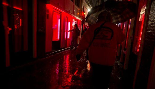 Μέτρα για τους τουρίστες στην Κόκκινη Συνοικία του Άμστερνταμ με τις ιερόδουλες