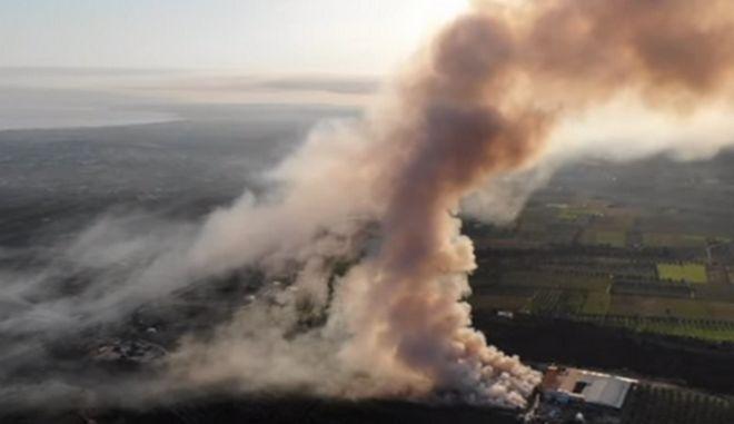 """Βίντεο drone: Τοξικό νέφος """"πνίγει"""" την Κόρινθο - Μεγάλη φωτιά σε εργοστάσιο"""