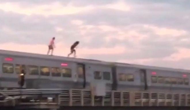 Πηδούν στο νερό από ένα τρένο εν κινήσει