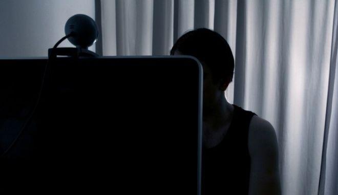 """Νέος νόμος για το διαδίκτυο. Βαριές ποινές για όσους """"ψαρεύουν"""" και παρενοχλούν ανήλικους"""