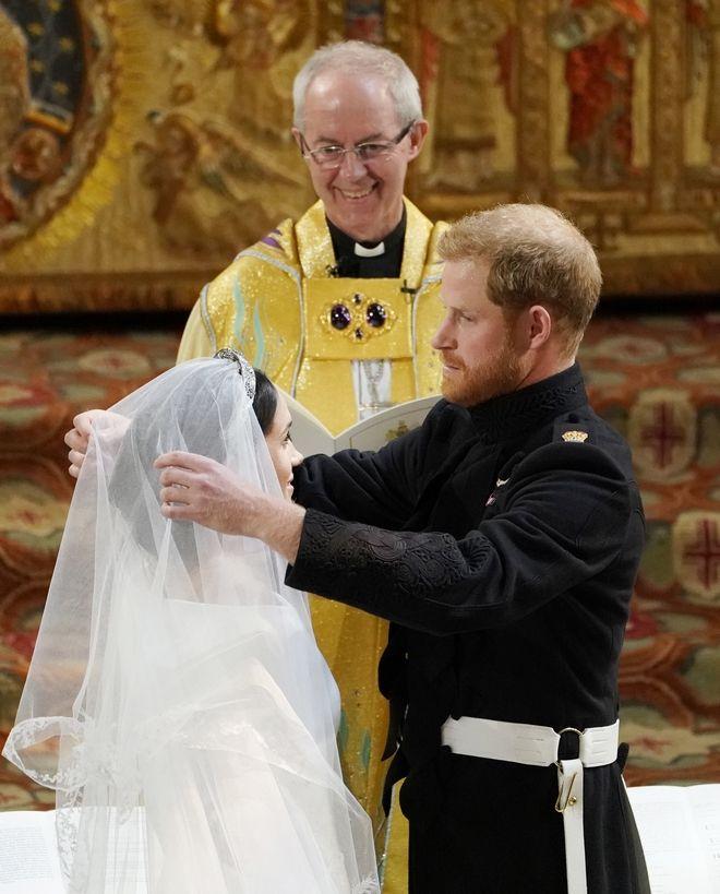 Ο πρίγκιπας Χάρι σηκώνει το βέλο της αγαπημένης του Μέγκαν