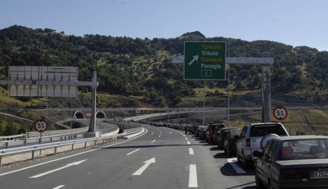Αποκλεισμένη από τους απλήρωτους εργαζόμενους της ΑΤΤΙΚΑΤ είναι από το πρωί της Τρίτης 16/06/2009, η Εγνατία οδός και στα δύο ρεύματα κυκλοφορίας στο ύψος του κόμβου της Παναγίας.  Περίπου 400 εργαζόμενοι από την Θεσσαλία, την Ήπειρο, αλλά και από άλλα μέρη της Ελλάδας, που δούλεψαν στα δύο τμήματα της Εγνατίας Μέτσοβο - Παναγία και Παναγία β Γρεβενά μετά το προειδοποιητικό ολιγόλεπτο κλείσιμο του δρόμου τις προηγούμενες ημέρες, είναι αποφασισμένοι αυτή τη φορά να μην αποχωρήσουν εάν δεν βρεθεί λύση στο πρόβλημα τους, που είναι οι οφειλές δεδουλευμένων 3,5 μηνών.  (EUROKINISSI / ΘΑΝΑΣΗΣ ΚΑΛΛΙΑΡΑΣ)