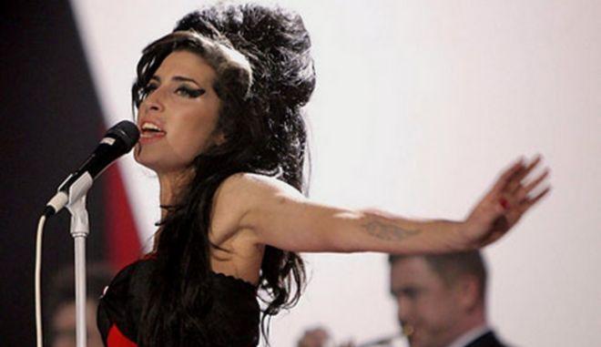 """Το Τwitter """"υποκλίθηκε"""" στην Amy Winehouse"""