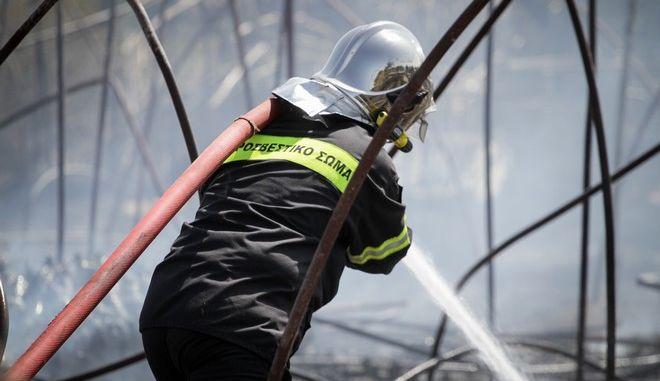 Πυροσβέστης σε έργο κατάσβεσης