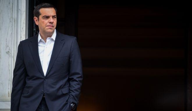 Ο πρωθυπουργός Αλέξης Τσίπρας έξω από το Μέγαρο Μαξίμου