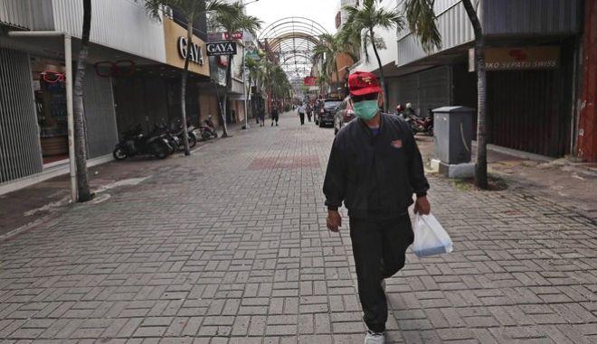 Άνδρας με προστατευτική μάσκα για τον κορονοϊο