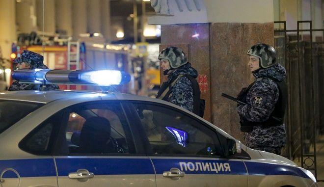 Ρώσοι αστυνομικοί εξασφαλίζουν την περιοχή κοντά στο κτίριο της Ομοσπονδιακής Υπηρεσίας Ασφαλείας )
