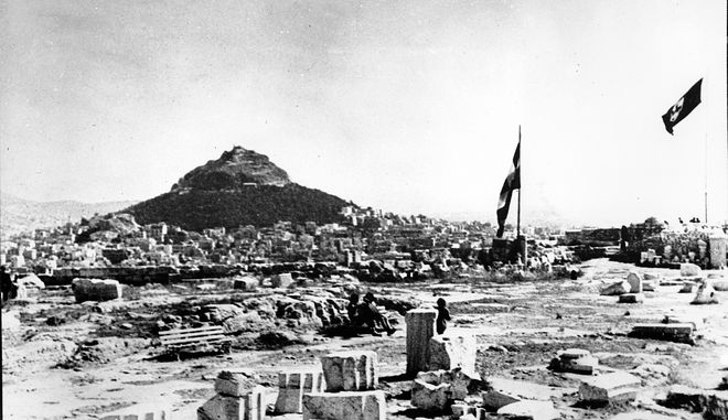 Τη νύχτα της 30ης προς 31η Μαΐου του 1941, οι Μανώλης Γλέζος και Απόστολος Σάντας πηγαίνουν στον Ιερό Βράχο της Ακρόπολης, με σκοπό να κατεβάσουν την γερμανική σημαία που κυματίζει εκεί από τα τέλη του Απρίλη της ίδιας χρονιάς, του '41, από όταν οι Γερμανοί εισέβαλαν στην Αθήνα