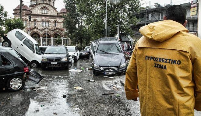 Απίστευτες εικόνες: Τους παρέσυρε το ρέμα στον Πειραιά. Καταστροφές σε αυτοκίνητα και καταστήματα.
