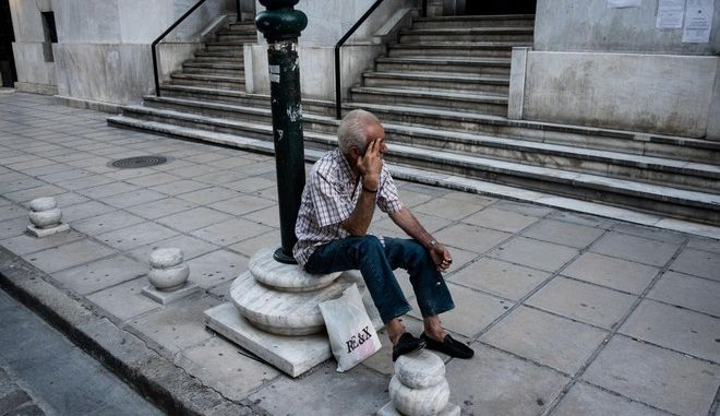 Pensioners queue outside the National Bank of Greece to withdraw their pensions, in Thessaloniki, July 9, 2015 /                ,  , 9 , 2015
