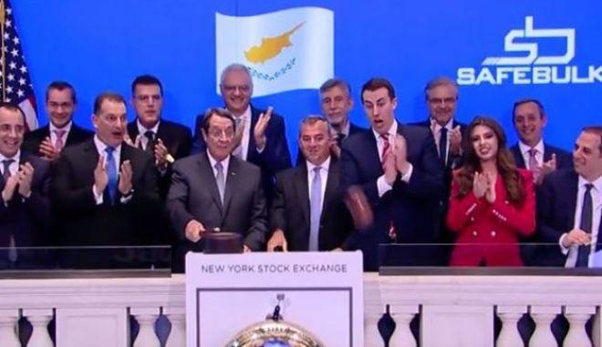 Ο Αναστασιάδης χτυπάει το σφυρί της Wall Street και αυτό σπάει!