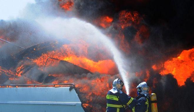 Πυρκαγιά σε αγκυροβολημένη θαλαμηγό και σε μικρό σιτιοφόρο σκάφος στο λιμάνι του Νυδριού Λευκάδας την Κυριακή 28 Αυγούστου 2016. Η θαλαμηγός με ελληνικό πλήρωμα εγκατέλειψε οριακά το σκάφος που είχε αγκυροβολήσει με μηχανικό πρόβλημα, όπου κι από το μηχανοστάσιο ξεκίνησε κι η πυρκαγιά. Η φωτιά πήρε γρήγορα μεγάλες διαστάσεις με αποτέλεσμα να μεταδοθεί σε παρακείμενο ιστιοφόρο.  (EUROKINISSI)