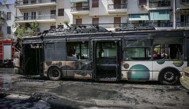Πυρκαγιά σε αστικό λεωφορείο στη συμβολή των οδών Νιρβάνα και Αχαρνών στα Κάτω Πατήσια