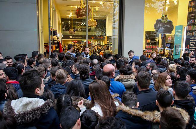 Ουρές έξω από κατάστημα στην Θεσσαλονίκη την Black Friday του 2016