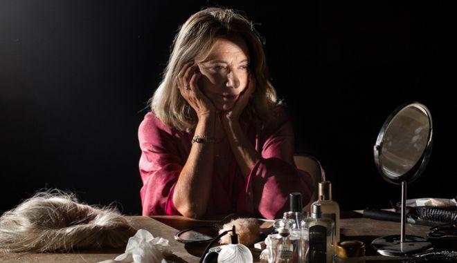 Η Όλια Λαζαρίδου ερμηνεύει έξι διαφορετικούς ρόλους υπό τη σκηνοθετική καθοδήγηση του Γιώργου Νανούρη στο Υποσκήνιο Β΄ Αίθουσας Αλεξάνδρα Τριάντη
