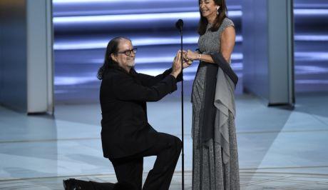 Ο Γκλεν Βάις γονατίζει μπροστά στην αγαπημένη του  Τζαν Σβέντσεν και της κάνει πρόταση γάμου, κατά την 70η απονομή των Emmy Awards στο Λος Άντζελες. Νωρίτερα είχε παραλάβει το βραβείο σκηνοθεσίας για αφιερωματική εκπομπή για τα Όσκαρ