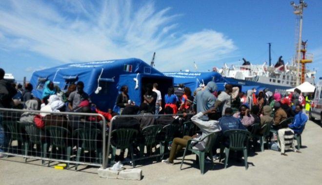 Τουλάχιστον 900 μετανάστες διασώθηκαν από το ιταλικό ναυτικό στη Μεσόγειο