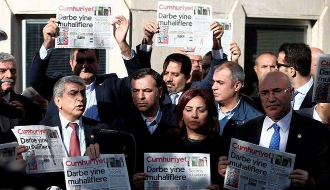 Τουρκία: Δημοσιογράφοι διαδήλωσαν υπέρ των φυλακισμένων συναδέλφων τους