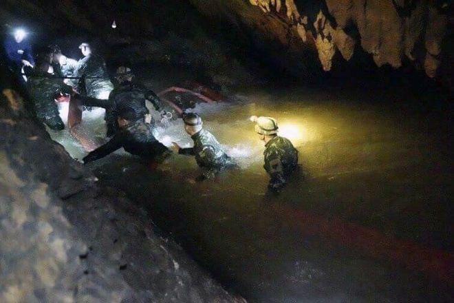 Ομάδα διασωστών ψάχνει στο σπήλαιο για τους 13 αγνοούμενους
