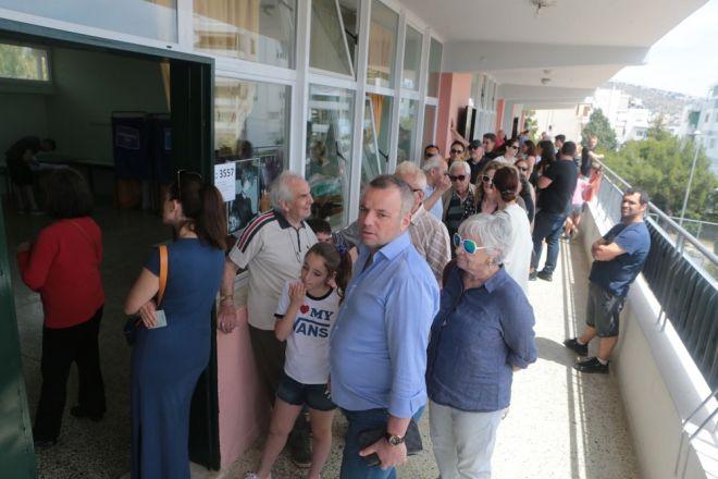 Μέχρι την τελευταία στιγμή ψηφίζουν οι Έλληνες πολίτες