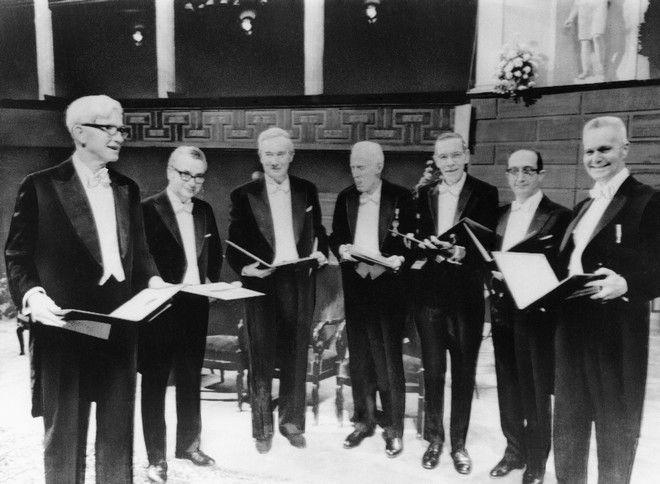 Επτά από τους εννέα νικητές των βραβείων Νόμπελ, 10 Δεκεμβρίου 1969. Ο Γκελ-Μαν δεύτερος από αριστερά