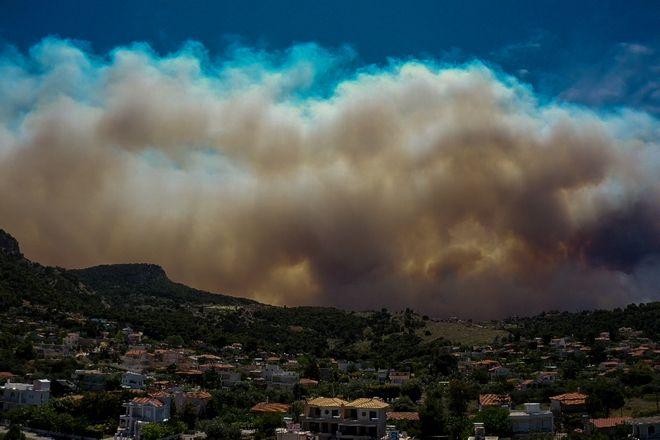 Στιγμιότυπo από τη φωτιά που ξεκίνησε από το Σχίνο Κορινθίας και κατευθύνεται προς το Αλεποχώρι