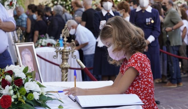 """Μίκης Θεοδωράκης: """"Σε αγαπάμε φίλε μας"""" - Το αποχαιρετιστήριο μήνυμα ενός μικρού κοριτσιού"""