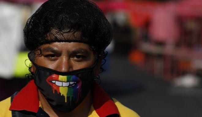 Ένας άνδρας με μάσκα στο Μεξικό