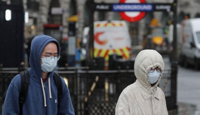 Πολίτες με μάσκες προστασίας από τον κορονοϊό