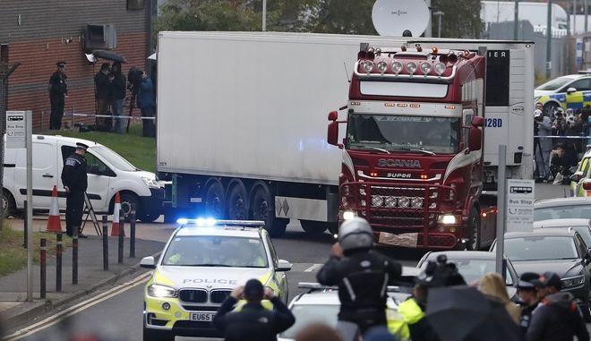 Από το σημείο όπου βρέθηκε το φορτηγό με τα 39 πτώματα.
