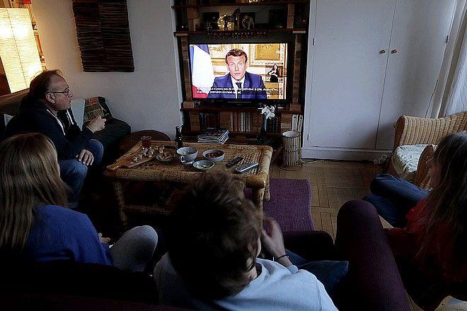 Πολίτες παρακολουθούν διάγγελμα του Εμανουέλ Μακρόν