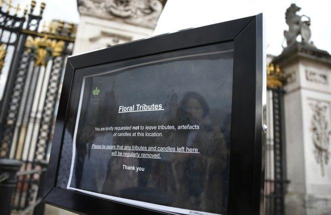 Ανακοίνωση έξω από το Παλάτι μετά τον θάνατο του Πρίγκιπα Φίλιππου
