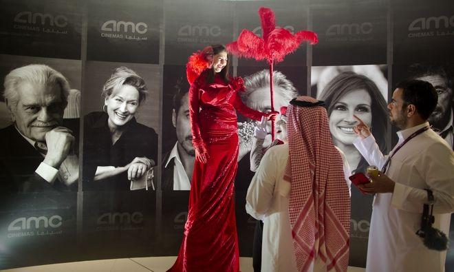 Επισκέπτες στο βασιλικό θέατρο του Ριάντ εντυπωσιασμένοι απ' τις αφίσες του Χόλιγουντ καθώς για πρώτη φορά θα δουν ταινία σε κινηματογράφο στη χώρα τους