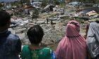 Γυναίκες κοιτούν τα ερείπια της γειτονιάς τους στην Balaroa μετά τον σεισμό 7,5 Ρίχτερ που ισοπέδωσε την Ινδονησία