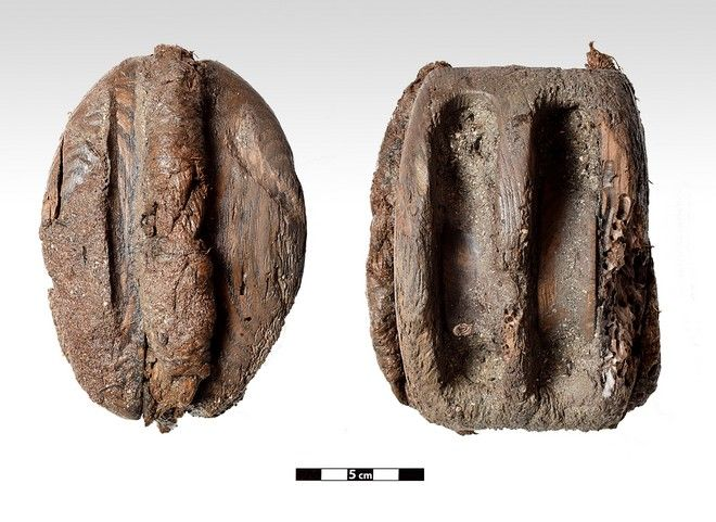 Φωτογραφία που δόθηκε στη δημοσιότητα Τρίτη 15 Οκτωβρίου 2019 από το Υπουργείο Πολιτισμού δείχνει ξύλινη τροχαλία (μακαράς) που σώζει το σχοινί πρόσδεσης, μετά την ολοκλήρωση της φετινής ανασκαφική περιόδου στο ιστορικό ναυάγιο ΜΕΝΤΩΡ