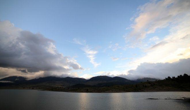 Φθινοπωρινό σκηνικό πάνω από την λίμνη των πηγών του Αώου την Τετάρτη 7 Σεπτεμβρίου 2016. Στην ελληνική μυθολογία ο Αώος ήταν βασιλιάς της αρχαίας Κύπρου. Σήμερα είναι ποταμός της Ελλάδας που στις πηγές του έχει διμιουργηθεί μία ορεινή τεχνητή λίμνη  που συνδυάζει ένα μοναδικό λαβύρινθο ρυακιών, φυσικών μικρών λιμνών και εκτεταμμένων ορεινών λιβαδιών που σφύζουν από ζωή. Η τεχνητή λίμνη των πηγών του Αώου βρίσκεται 20 χλμ. από το Μέτσοβο, ανατολικά του Νομού Ιωαννίνων. Η λίμνη κατασκευάστηκε το 1987 στο οροπέδιο Πολιτσές με σκοπό την παραγωγή ενέργειας. με έκταση 11,5 τ.χλμ. και βρίσκεται σε υψόμετρο 1350 μέτρων, γεγονός που την κατατάσσει ως την πιο ορεινή μεγάλη λίμνη της Ελλάδας. Βρίσκεται ανάμεσα σε δύο Εθνικά Πάρκα, της Βάλια Κάλντα και του Βίκου-Αώου. Γύρω της υπάρχουν 7 μικρά φράγματα με το μεγαλύτερο να έχει ύψος 78 μ. Το στοιχεία που κάνουν την περιοχή ιδιαίτερα σημαντική για πολλά είδη της πανίδας και της χλωρίδας είναι τα μεγάλα λιβάδια, τα δεκάδες μικρά ρυάκια με τη συνεχή ροή νερού, οι μικρές φυσικές λίμνες και τα πυκνά δάση οξιάς που ξεκινάνε λίγο μετά τις όχθες. (EUROKINISSI/ΘΑΝΑΣΗΣ ΚΑΛΛΙΑΡΑΣ)