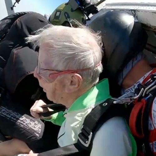 """Έκανε ελεύθερη πτώση στα 103 του χρόνια """"Δεν περίμενα να ζήσω τόσο"""""""