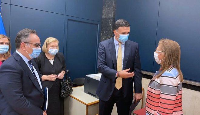 Από αριστερά: Οι Υφυπουργοί Υγείας  Βασίλης Κοντοζαμάνης και Ζωή Ράπτη, η Πρόεδρος της Εθνικής Επιτροπής Εμβολιασμών Μαρία Θεοδωρίδου, Ο Υπουργός Υγείας Βασίλης Κικίλιας και η επικεφαλής του Γραφείου του Π.Ο.Υ. στην Αθήνα Marianna Trias.