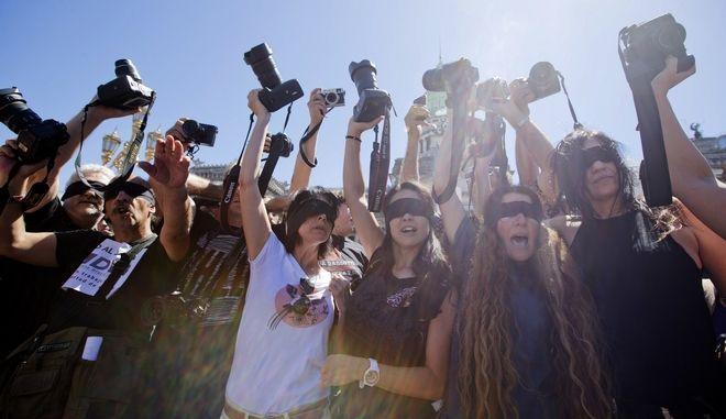 Διαμαρτυρία φωτορεπόρτερ στην Αργεντινή για το κλείσιμο του πρακτορείου DyN