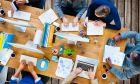 Ομάδα νέων επιχειρηματιών την ώρα που δουλεύει σε γραφείο