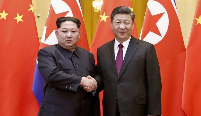 Κιμ γιονγκ Ουν και Σι Τζινπίνγκ κατά την επίσκεψη του πρώτου στο Πεκίνο.