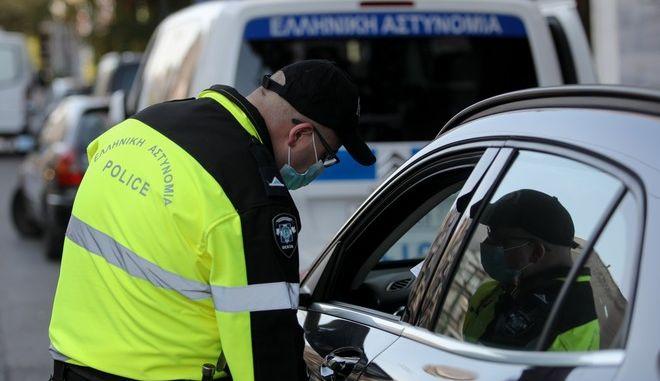 Έλεγχος αστυνομικού σε πολίτη για τα μέτρα κατά του κορονοϊού (φωτογραφία αρχείου)
